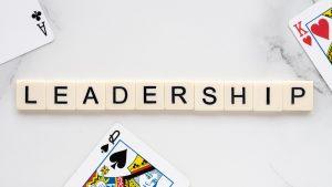 """letras juntas formando a palavra """"leadership"""" (lidernaça, em português). Assim, representa a ideia central do texto, que aborda a diferença entre liderança vertical e liderança horizontal."""