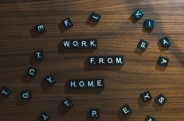 Peças de letras formando a expressão: Trabalho a partir de casa, em português.