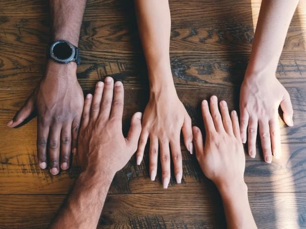 Mãos estendidas sobre a mesa