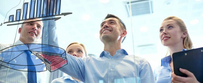 pessoas observando os resultados do impacto da gestão de pessoas dentro de uma empresa