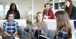 Grupo de membros no escritório dialogando.